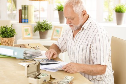 stockfresh 623427 senior man doing calculation at home sizeXS